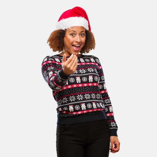 Zwarte Kersttrui.Jonge Zwarte Vrouw In Een Trendy Kerst Trui Met Print Uitnodigen Om