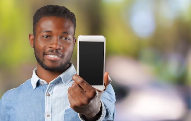 Jonge zwarte zakenman met zijn mobiel Premium Foto