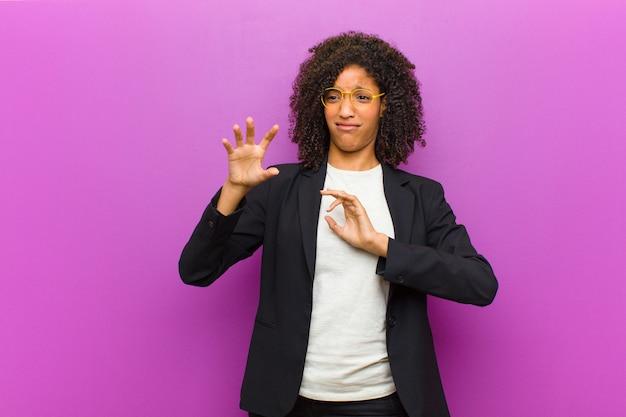 Jonge zwarte zakenvrouw voelen walgt en misselijk Premium Foto