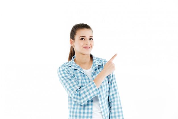Jongelui die jonge vrouw glimlachen die bij exemplaarruimte tonen Gratis Foto