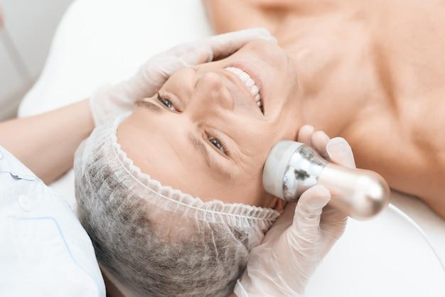 Jongeman kwam naar schoonheidssalon. epilation medicine. Premium Foto