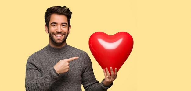 Jongeman vieren valentijnsdag Premium Foto