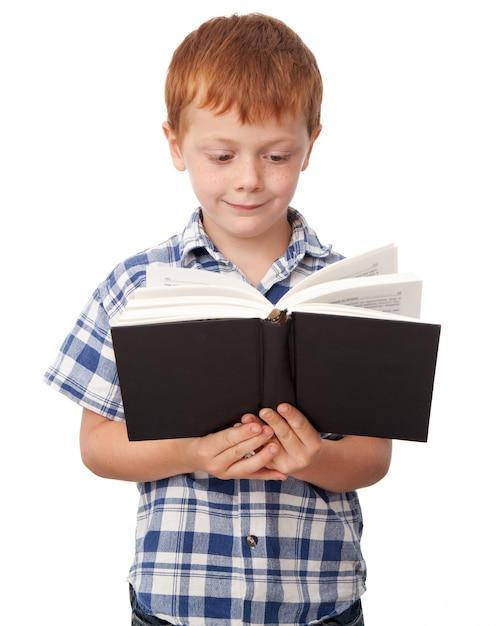 Jongen die een boek leest Premium Foto