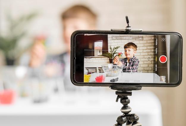 Jongen die opnemen met smartphone Gratis Foto