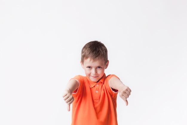 Jongen die oranje t-shirt draagt die afkeergebaar tonen tegen witte achtergrond Gratis Foto