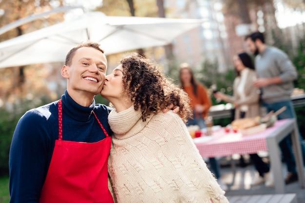 Jongen en een meisje poseren op de camera tijdens een picknick. Premium Foto