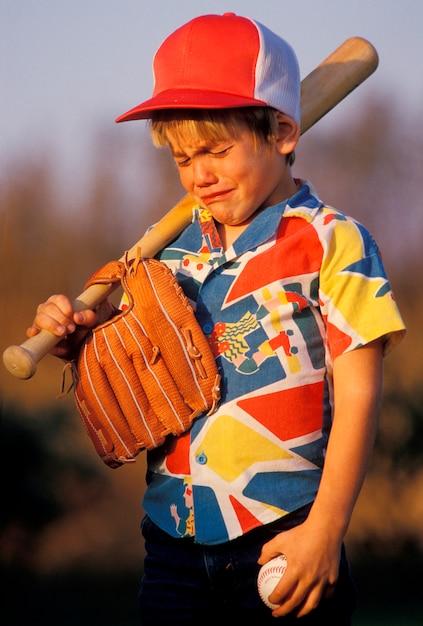 Jongen huilend over honkbalspel Premium Foto