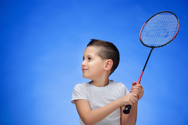 Jongen met badmintonrackets buitenshuis Gratis Foto