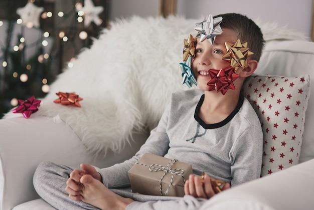 Jongen met bogen op zijn gezicht Gratis Foto
