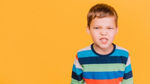 Jongen met boze uitdrukking Gratis Foto