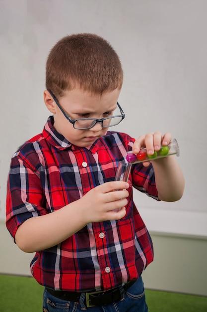Jongen met een bril als wetenschapper Premium Foto