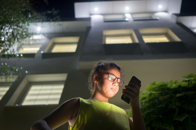 Jongen met modile voor huis 's nachts Premium Foto