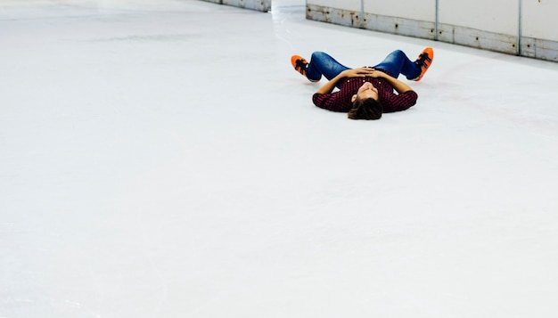 Jongen met plezier met schaats Gratis Foto