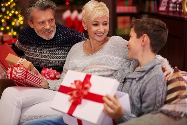 Jongen ontvangt een geschenk van zijn ouders Gratis Foto