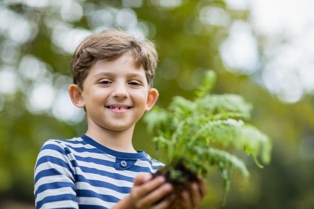 Jongen plantgoed plant Premium Foto