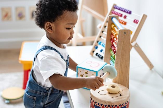 Jongen speelt met educatief speelgoed Premium Foto