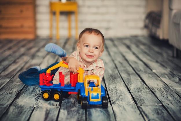 Jongen speelt met speelgoedauto Premium Foto
