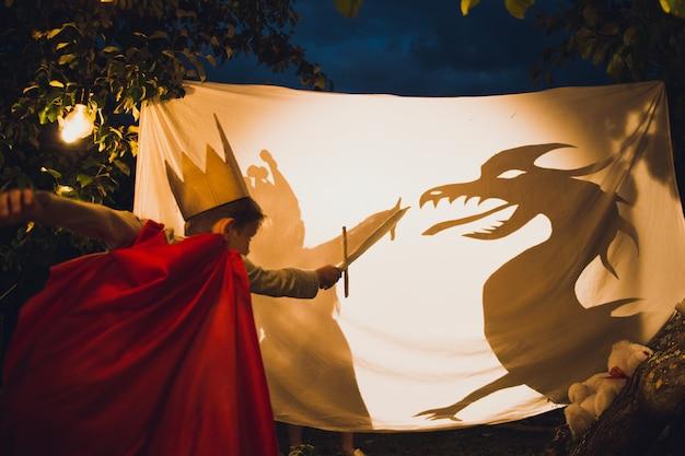Jongen vecht tegen een draak Premium Foto
