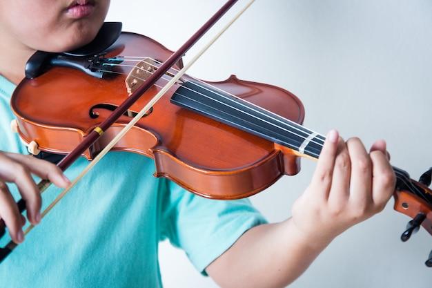 Jongen viool spelen in kamer Premium Foto
