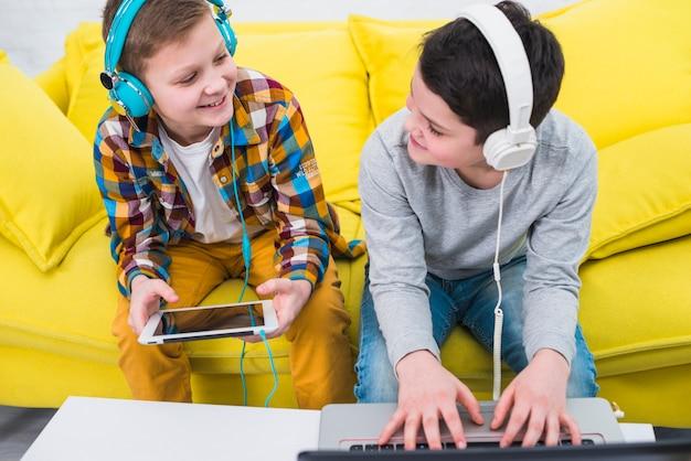 Jongens gamen Gratis Foto