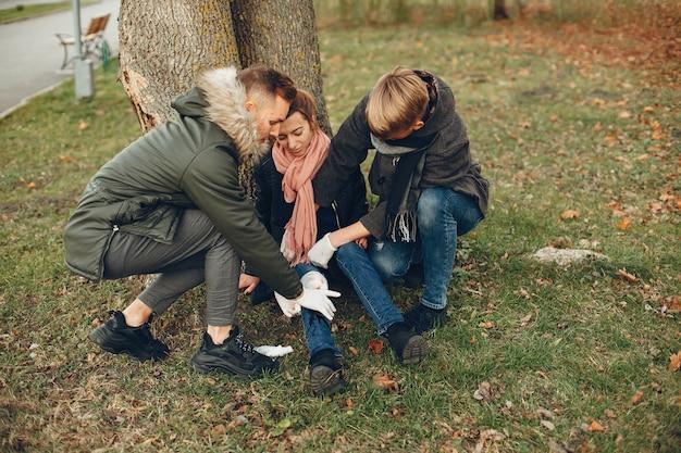 Jongens helpen een vrouw. meisje met een gebroken been. eerste hulp verlenen in het park. Gratis Foto