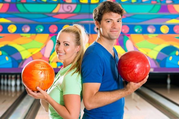 Jongeren die bowlen en plezier hebben Premium Foto