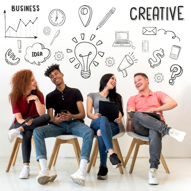 Jongeren die op zetel met creatieve getrokken pictogrammen op achtergrond zitten Gratis Foto