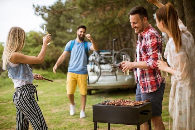 Jongeren genieten van barbecue-feest in de natuur Premium Foto