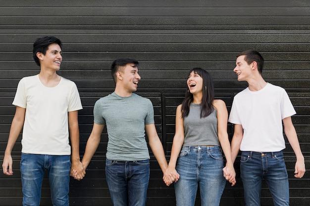 Jongeren hand in hand samen Gratis Foto