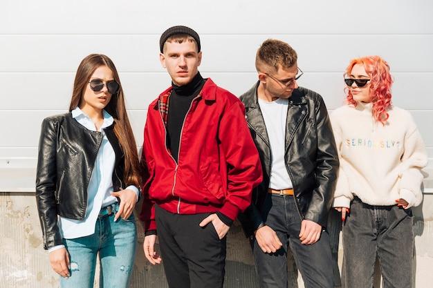 Jongeren in trendy slijtage die zich voordeed op straat Gratis Foto