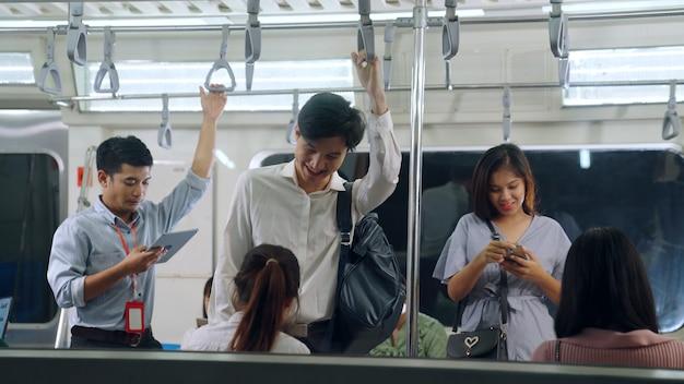 Jongeren met behulp van mobiele telefoon in de metro Premium Foto