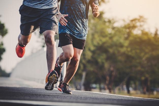 Jongeren runner uitgevoerd op de loopbaan in stadspark Premium Foto