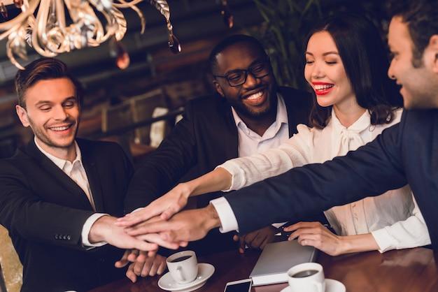 Jongeren schudden elkaar de hand. Premium Foto