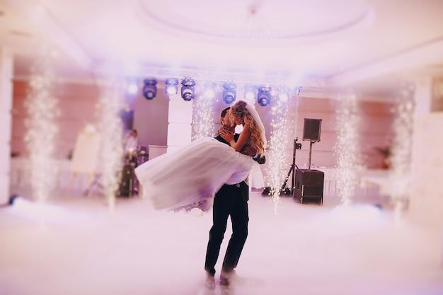 Jonggehuwden zoenen hartstochtelijk tijdens het dansen Gratis Foto