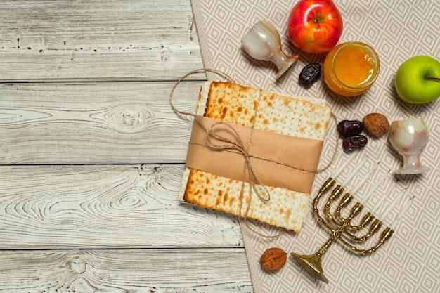 Joods de bannerontwerp van de vakantiepascha met wijn, matzo op houten. Premium Foto