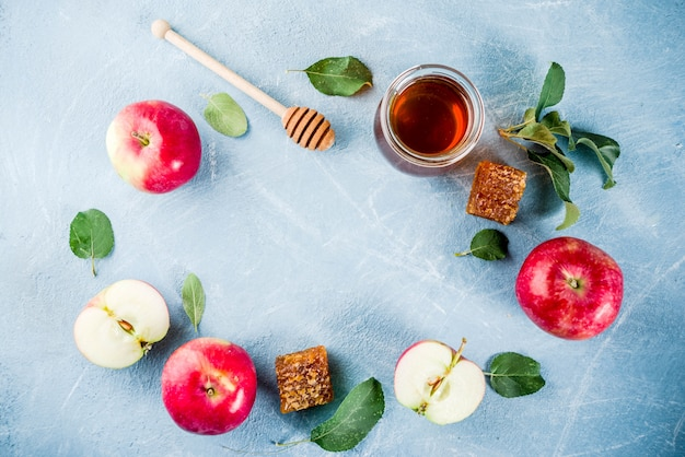 Joodse feestdag rosh hashanah of appel feest concept, met rode appels, appelbladeren en honing in pot Premium Foto