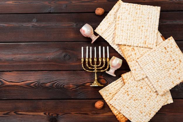 Joodse vakantie pascha banner ontwerp met wijn, matzo op houten tafel. Premium Foto