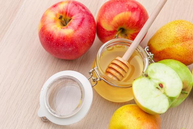Joodse vakantie rosh hashanah met honing en appels op houten tafel. Premium Foto