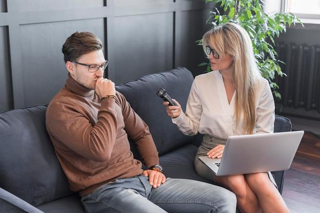 Journalist interviewt Premium Foto