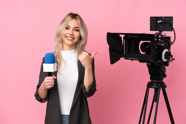 Journalistvrouw over geïsoleerde muur Premium Foto