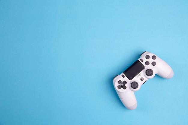 Joystick gokkencontrolemechanisme op blauwe achtergrond wordt geïsoleerd die Premium Foto