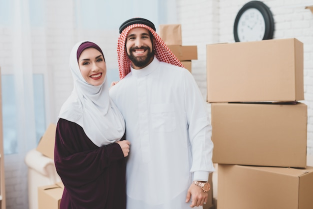 Just married muslims happy owners of apartment. Premium Foto