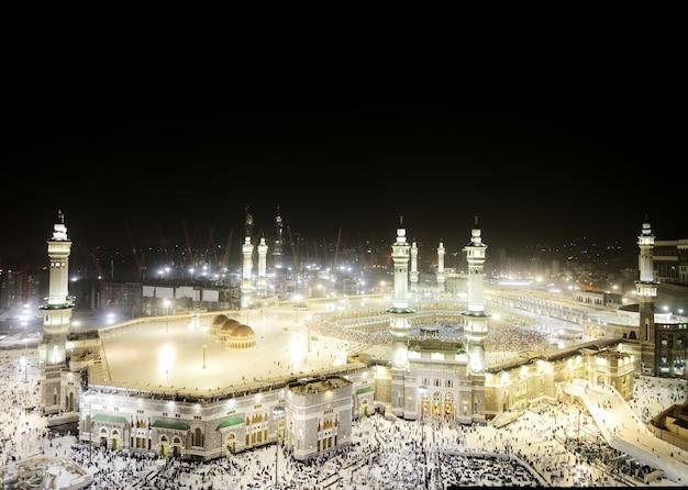 Kaaba in mekka, moslimmensen die samen bidden op een heilige plaats Premium Foto