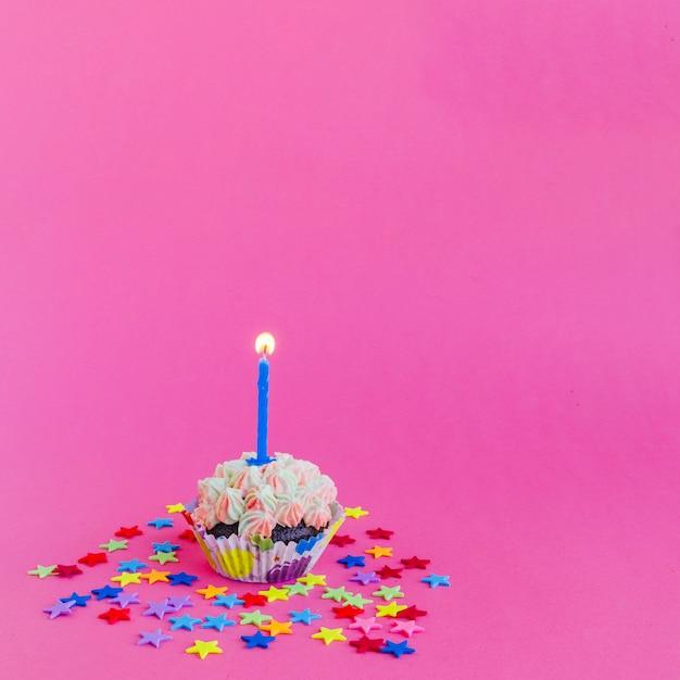 Kaars brandende in cupcake Gratis Foto