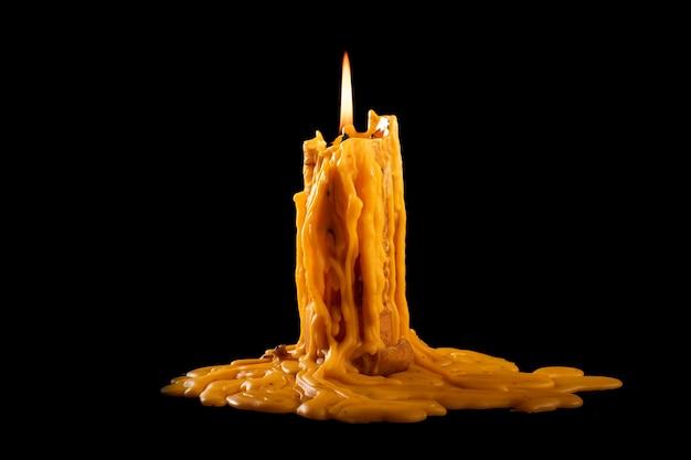 Kaars brandt fel in het donker Premium Foto