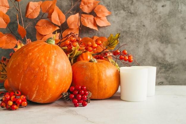 Kaarsen en pompoenen met bladeren Gratis Foto