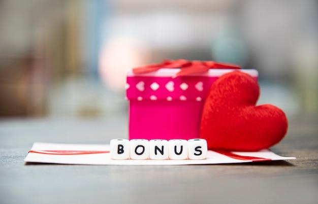 Kaart bonus in papieren envelop gift box verrassing en rood hart voor aanmoediging moraal Premium Foto