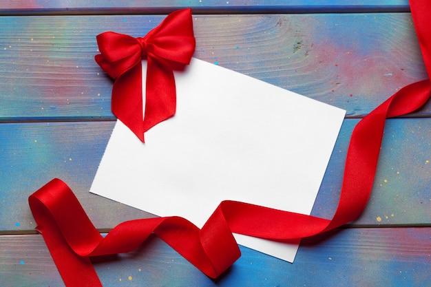 Kaart met rood lint Premium Foto