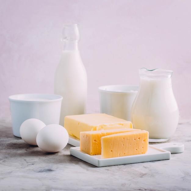 Kaas, eieren, melk, kwark, yoghurt, room en boter Premium Foto