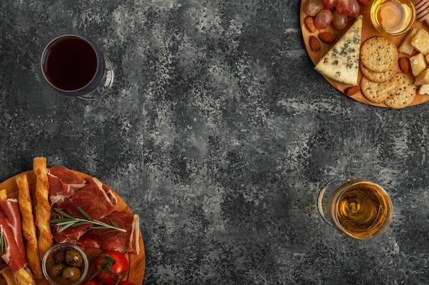 Kaas- en vleesvoorgerecht op snijplanken Premium Foto